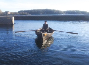 Siösteen ror vid Vaxholm, i kastellets hamn i oktober-november 2016. Han spelar smugglarkungen Algoth Niska.