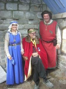 Drottning Blåklocka och kung Agust II av Stenrikeborg tillsammans med konungen av Locks rike, två kungar i bästa sämja. Foto: Lars Gahrn.