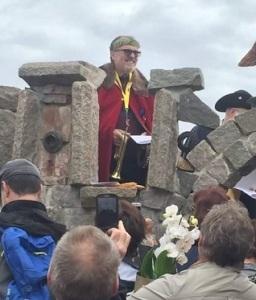 Kung Agust II har nyss invigt Stenrikeborg med trumpetstötar från Skrikaretornet.
