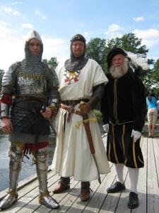 Många av männen i kungens följe såg nog så medeltida ut. Varken kungen eller hans män visste om, att medeltiden var slut. Denna benämning var på deras tid ännu inte uppfunnen. Här ses längst till höger Gustaf Wasa, även känd som Lars-Erik Lundin, i Kolbäck 2012. Foto: Lars Gahrn.