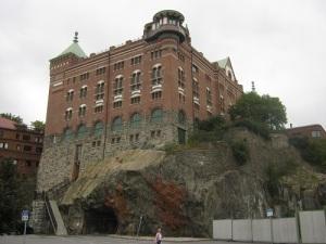 Delar av borgklippan är sedan länge bortsprängda, och av själva Älvsborgs slott finns idag bara obetydliga lämningar. Den nutida borgliknande byggnaden hör 1800-talet till. Foto: Lars Gahrn.