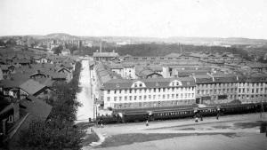 Kvarteret Ran på Gårda år 1913. Strax intill finns hållplatsen för tåget.