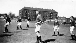 """På Gårdaplan (eller """"GAIS-änga""""), som var Gårdas egen idrottsplats fram till omkring 1940, spelar Gårda Sportklubb mot BK Dämmet. Året är 1938."""