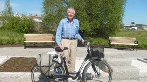 Kurt Larsson med sin cykel på minnesplatsen för slaget vid Herrevadsbro.