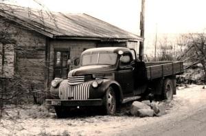 Den första lastbilen, en gammal Chevrolet, som ibland blev omåkt av mopeder.
