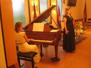 Ida Andersson spelar och Noora Karhuluoma sjunger för Föreningen Norden i Mölndal den 6 april 2017. Foto: Lars Gahrn.