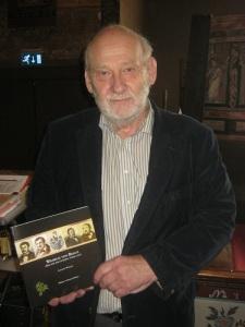 Lennart Wasling med sin bok om Wilhelm von Braun.