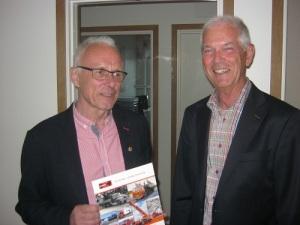 Hubert Jönsson (till vänster) tillsammans med Bo Ridderbjelke, ordförande i Mölndals Hembygdsförening, under föreningens årsmöte hos Allfrakt den 9 maj 2017. Foto: Lars Gahrn.