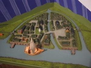 Ungefär så här såg Nya Lödöse ut enligt en förenklad modell i Lödöse museum. Stadsplanen erinrar slående om Göteborgs stadsplan. Foto: Lars Gahrn.