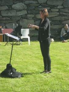 Jenny Björkqvist dirigerar Mölnlycke Blåsorkester. Foto: Lars Gahrn.