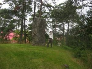 Lars Gahrn, 185 centimeter lång, vid Starkodders höga sten.