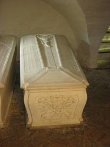 En av de två marmorsarkofagerna.