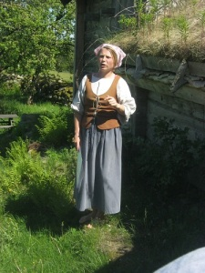 Barfota gick man i det gamla bondesamhället, och barfota vandrade vår kunniga ciceron i Äskhults by.