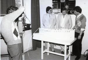 Marcello Manci, Björn Asplind och Roger Petersson (från TBV) vid en modell av Musikhuset. (Björn Asplinds fotosamling.)