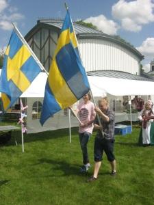 Processionen inleddes med två svenska fanor, som senare fick smycka scenen. Foto: Lars Gahrn.