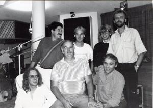 Bruce Swedien omges av andra, som var verksamma inom musikbranschen. I övre raden längst till vänster ses Marcello Manci, i nedre raden längst till höger ses Björn Asplind. (Björn Asplinds fotosamling.)