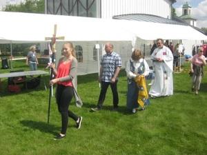 Processionen avslutades av församlingens kyrkoherde.