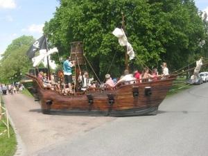 Ett sjörövarskepp, bemannat med munkar.