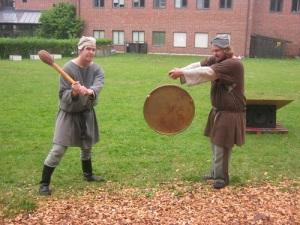 Ett par slag på gong-gongen blir ett skådespel av det mindre slaget. Foto: Lars Gahrn.
