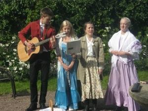 Skönsjungande ungdomar i Villa Arugas trädgård. Foto: Lars Gahrn