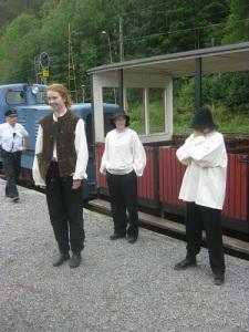 Perrongteaterns tre skickliga skådespelare hade tåget som bakgrund och verklig kuliss. Foto: Lars Gahrn.