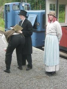 Prästen predikar om järnvägens syndfullhet.