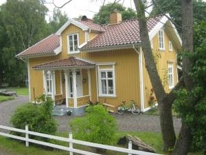 I detta hus nere vid hamnen bodde Gustaf B. Thordén i sin ungdom. Han åkte med järnvägen, när han hade ärende upp till Munkedal.