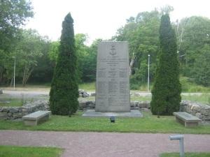 På Nya Varvets kyrkogård står en minnessten med namnen på dem av Kungliga Flottans män, som miste livet under beredskapsåren. Borde man inte på något sätt även minna om dem, som stupade här 1717 och 1719? Foto: Lars Gahrn.