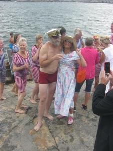 Glatt och otvunget samspråk har alltid kännetecknat Hans Majestät Konungens umgänge med Marstrands badgäster.