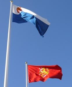 Marstrandsflaggan från 1862 fladdrar överst på bilden och därunder Lejonfanan. Foto: Pether Ribbefors.