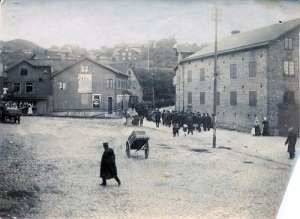 Ett demonstrationståg går uppför Mölndals Kråka (Kvarnbygatan) under storstrejksåret 1909. (Knut Bergs bildsamling i Mölndals Hembygdsförenings arkiv.)