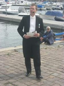 Pether Ribbefors hedrade Finland och Finlands fanor genom att klä upp sig i frack. Foto: Lars Gahrn.