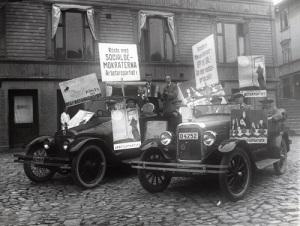 Socialdemokraternas valbilar på Gamla torget omkring 1930. (Foto: Knut Kjellman, Mölndals Hembygdsförenings bildsamling.)