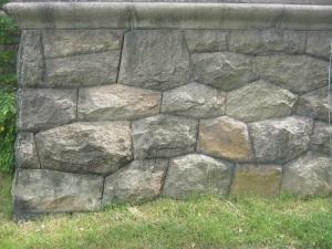 Stenarna är konstfullt huggna för att passa in i varandra. Foto: Lars Gahrn.