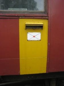 I vagnens sida finns en brevöppning. Innanför stod postanställda i postkupén och sorterade post.