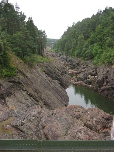 Så långt upp som vattnet har nått saknas all växtlighet.