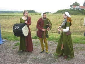Medeltidsbandet Själ spelade med kraft och inlevelse. Spelmannen i mitten bildar en gotisk s-kurva. Sådana finns i verkligheten! Foto: Lars Gahrn.