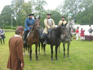 Erik Samuelsson tillsammans med tre karolinska ryttare. Foto: Lars Gahrn.