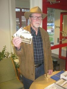 Jerker Pettersson hade många värdefulla vykort till försäljning. Foto: Lars Gahrn.