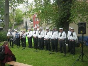 Flottans män sjunger som man skall göra i Västsverige. Foto: Lars Gahrn.