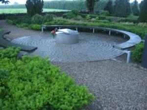 Elvira Madigans och Sixten Sparres gravar är omgivna av bänkar för besökare. Foto: Lars Gahrn.