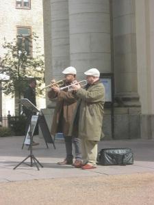 Bröderna Helperin spelade de allra mjukaste och finstämdaste tonerna från platsen framför domkyrkotornet. Foto: Lars Gahrn.