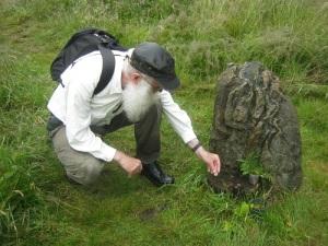 Lars Gahrn nedlägger ett mynt på altaret. Foto: Niklas Krantz.