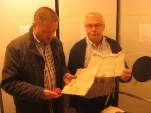 Niklas Krantz och Sven-Olof Ask med dokument ur samlingarna.