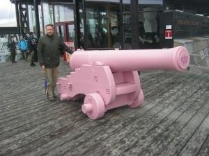 Niklas Krantz vid den rosa Barbiekanonen – ett av danskarnas sluga och framgångsrika PR-trick för att dra uppmärksamheten till sig.