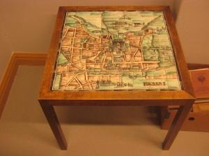 """I biblioteket finns även """"Skarabordet"""" med en kartbild av Skara 1934. Konstnärinnan bakom verket är Eva Bergling. Bordet skänktes till biblioteket av Ros-Mari Sköld, Lindome, 2010."""