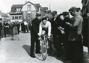 Förr gick många cykellopp på de stora landsvägarna. Här startar Säröloppet på Kungsbackavägen i Mölndal. Foto: Knut Kjellman (Mölndals Hembygdsförenings bildsamling).