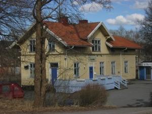 När Lars Gahrn fotograferade stationsbyggnaden i Mölnlycke i mars 2013, fick han en stark förnimmelse av att gamla centrum hade hamnat i bakvattnet.