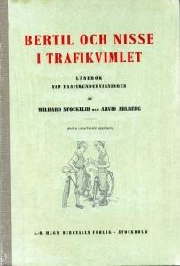 """Omslaget till Wilhard Stockelids och Arvid Ahlbergs bok """"Bertil och Nisse i trafikvimlet"""". Pojkarna var trafikproblemet."""