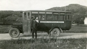 I bussen har Hilmer Johansson bara tre familjemedlemmar. Ingen annan vågade åka med denna gång! (Foto i direktör Hilmer Johanssons fotosamling, Mölndals Hembygdsförenings bildarkiv.)
